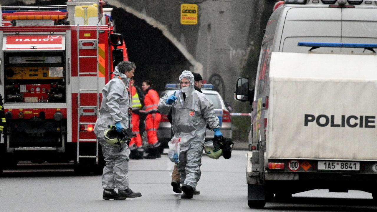 V Brně už evakuovali 75 lidí kvůli bytu s chemikáliemi. Na snímku pyrotechnici.