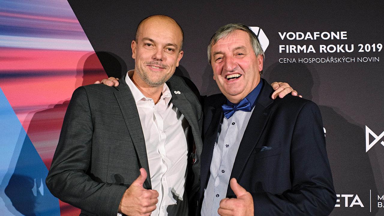 Firmu roku 2019 vyhrála společnost mmcité 1, kterou navyhlášení krajského kola zastupoval předseda představenstva Aleš Bakoš (nasnímku vlevo). Živnostníkem roku je kolář Augustin Krystyník (vpravo).