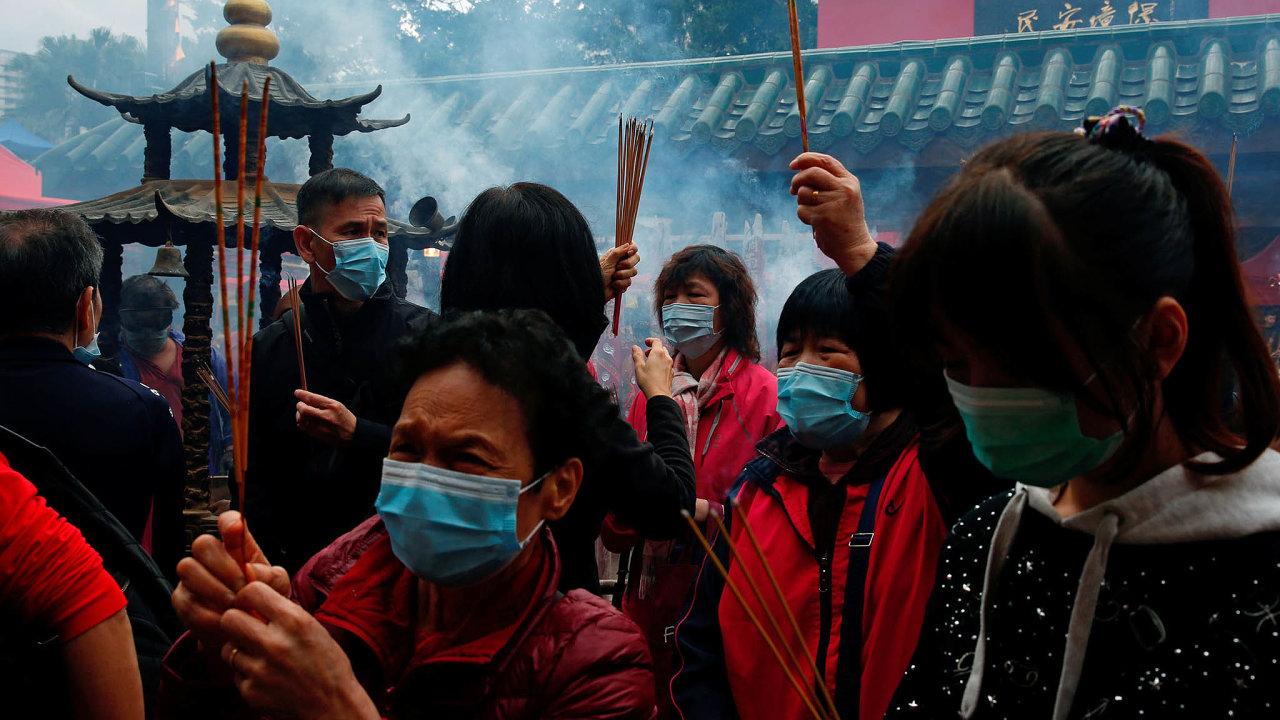 Schopnost šíření koronaviru podle čínských úřadů začíná sílit.
