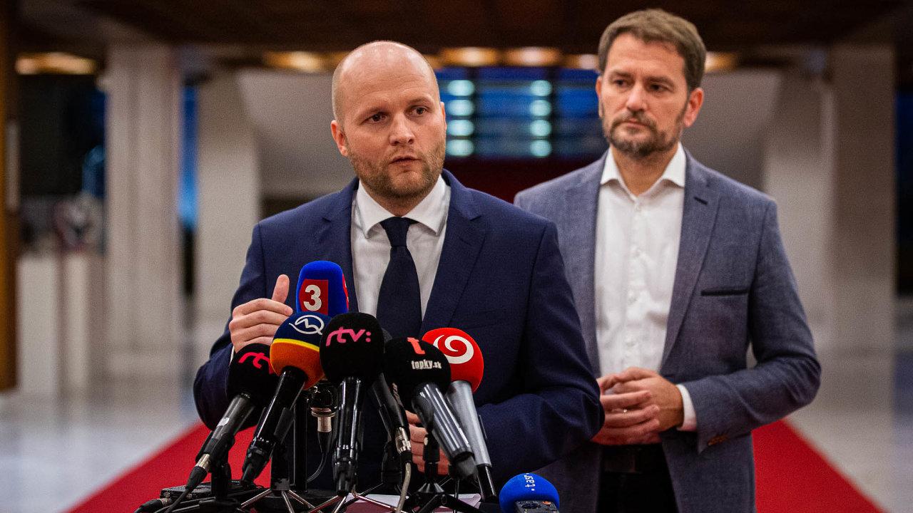 Igor Matovič (vpravo) je sice politický sólista, ale umí politický marketing. Oposlanecké křeslo vřadách Matovičova uskupení nyní usiluje iJaroslav Naď, expert naobranu (vlevo).