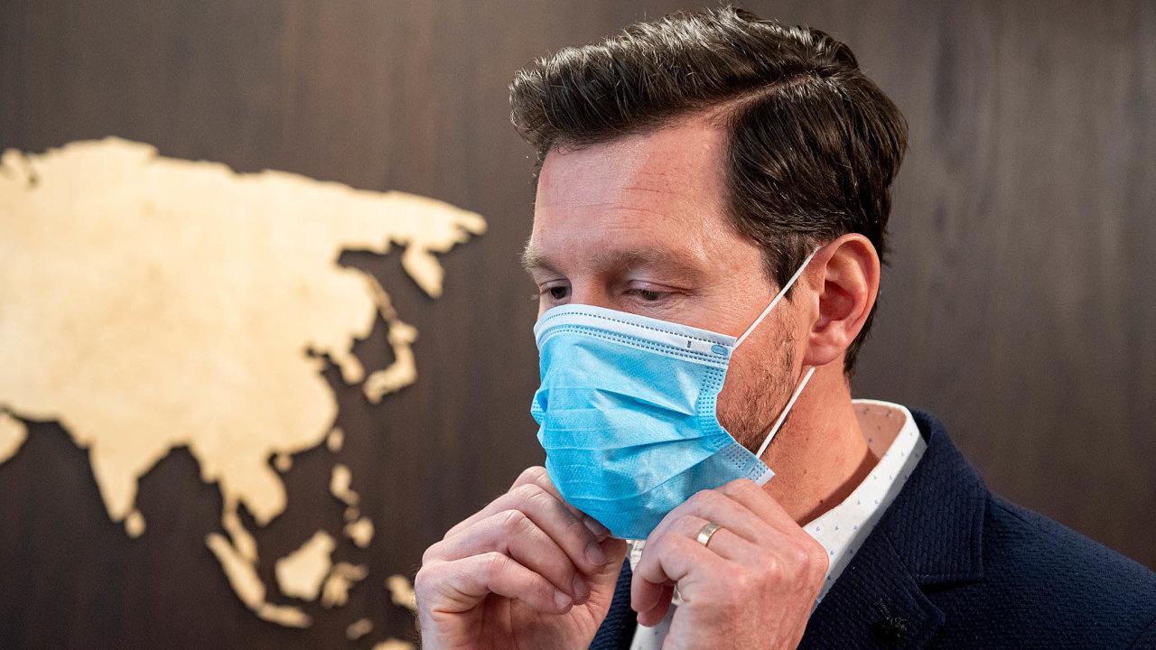 Klasické roušky nechrání zdravé lidi před nákazou, jsou určeny nemocným, aby virus dále nešířili. Kochraně je třeba zvolit respirátor proti virům. Roušky irespirátory jsou nyní těžko ksehnání.