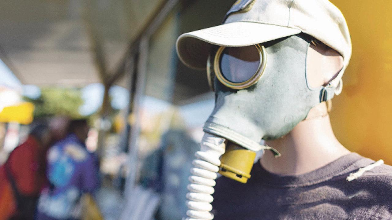 Improvizace. Kdyžnejsou roušky, mohou posloužit třeba plynové masky.