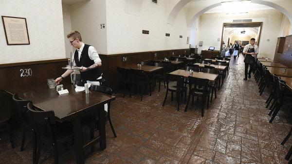 Těžké časy. Prázdný podnik je noční můrou restauratérů, nyní zněj zmizeli ičíšníci aservírky. Natrhu práce se přesunuli jinam.