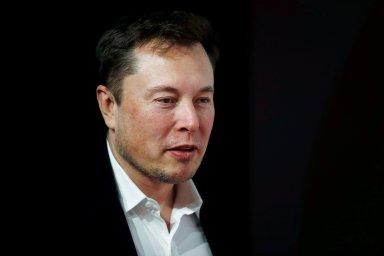 Musk za svou tvrdou práci v automobilce a rychlou proměnu vizí v realitu nedostává běžný plat, ale je honorován akciemi.