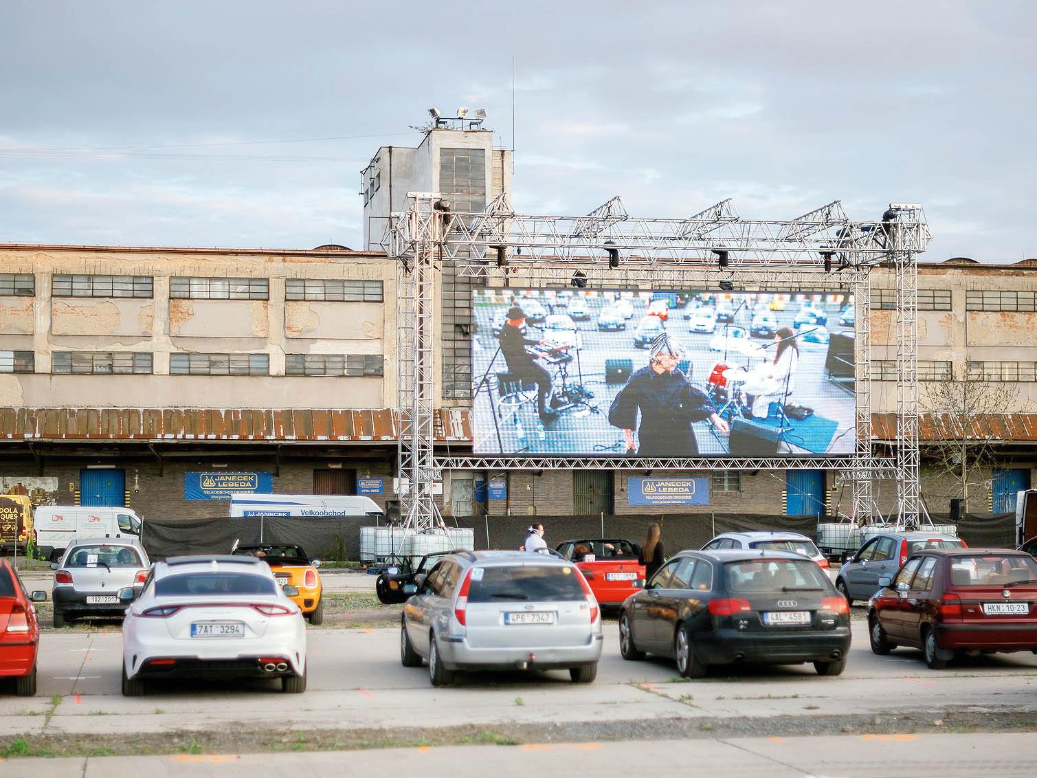 Art Parking nabízí bezpečné koncerty, divadelní představení ifilmová promítání. Naparkovištích Pražské tržnice aNákladového nádraží Žižkov se až dokonce června uskuteční řada kulturních událostí.