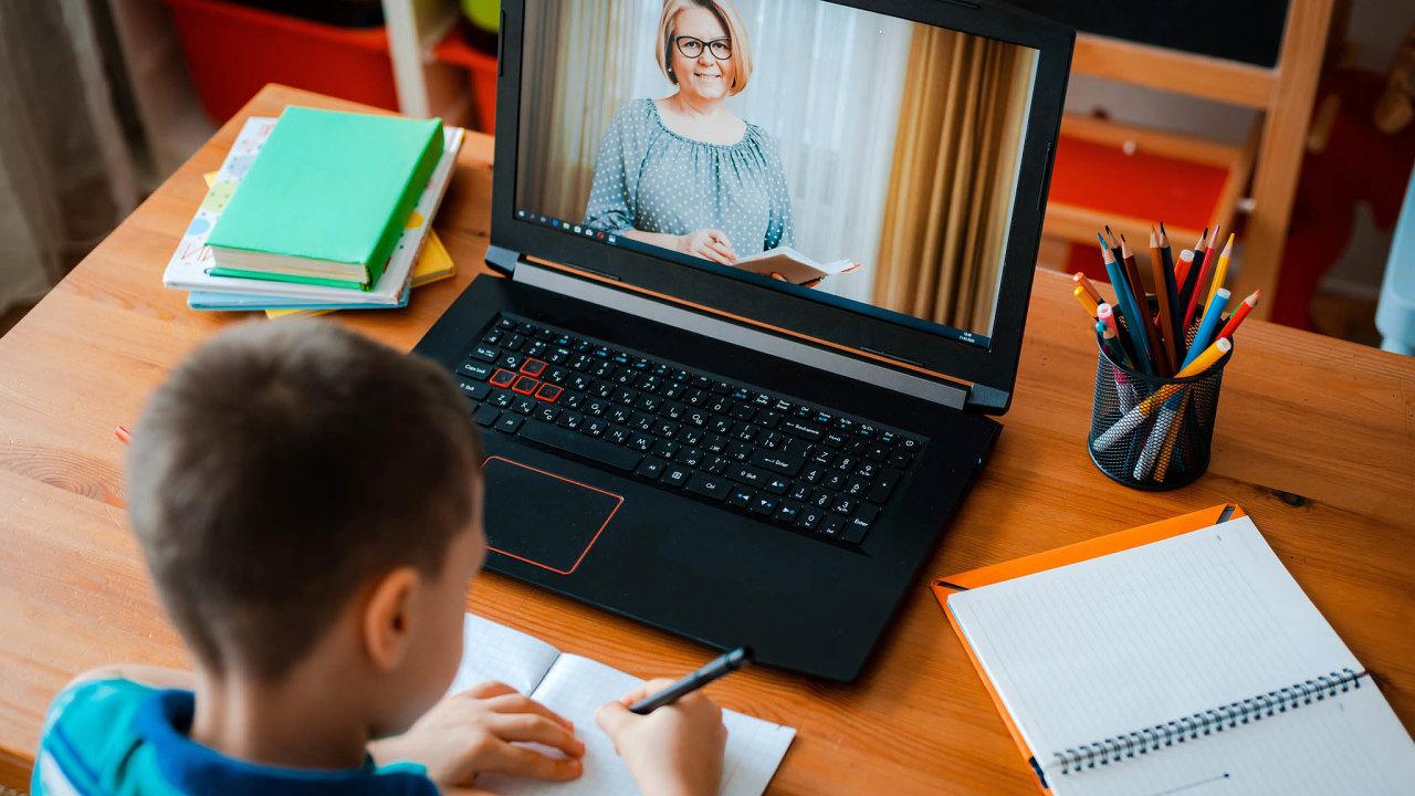 Ministerstvo školství se prý snaží najít společnou řeč soperátory, kteří by připojení pro žáky mohli zajistit.