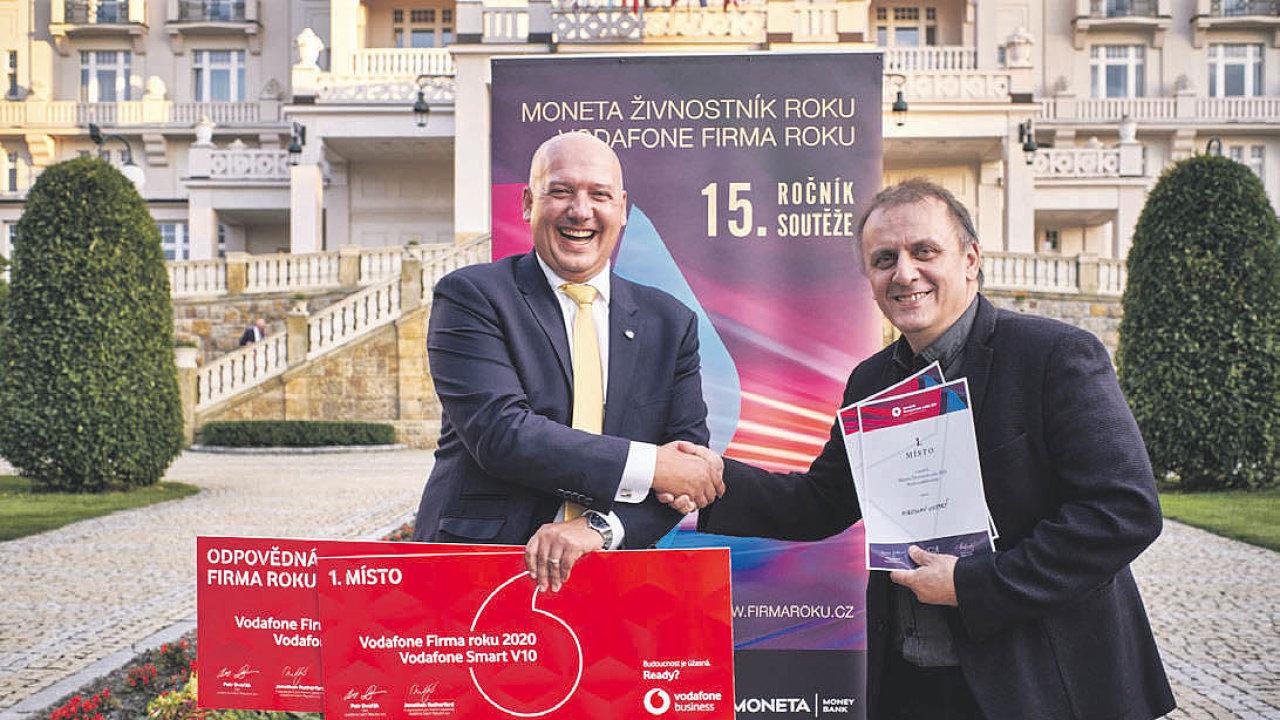 (Zleva) Pavel Isteník, jednatel společnosti Heinz-Glas Decor a vítězný živnostník Miroslav Vostrý