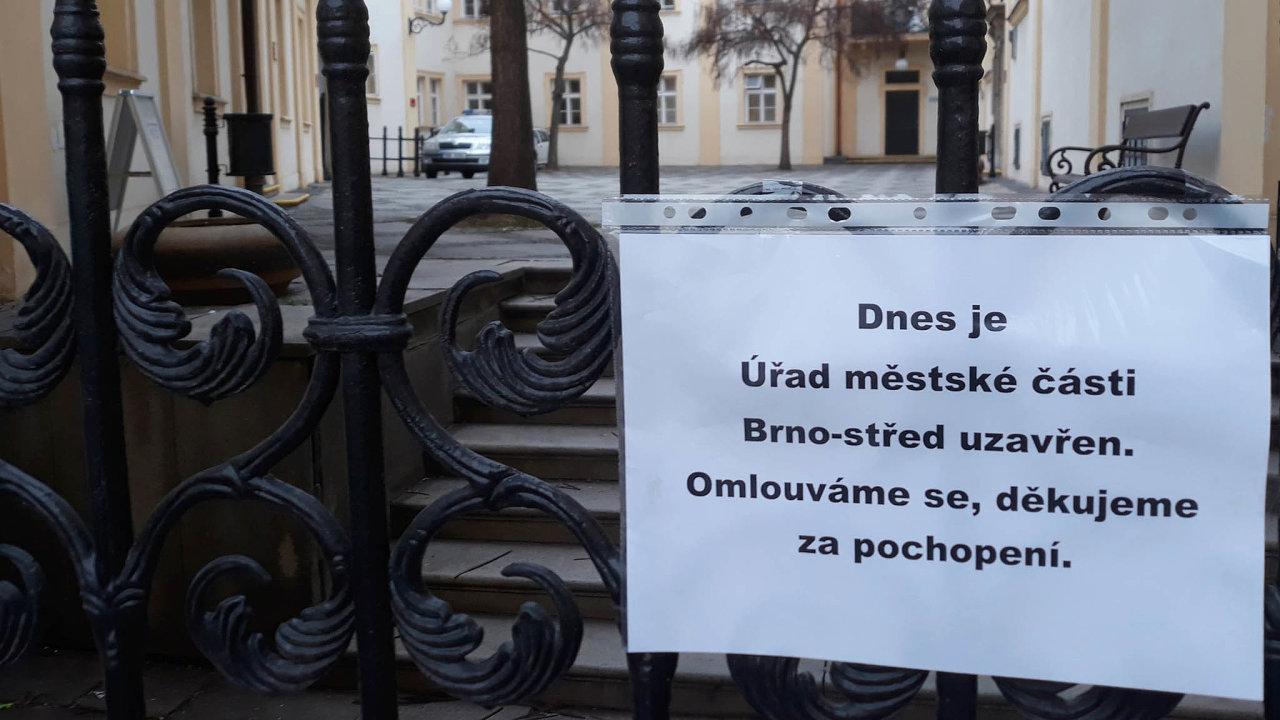 Razie naBrnu-střed: Policisté naradnici Brna-střed zajistili dokumenty knemovitostem spjatým sexministrem Pavlem Blažkem iprimátorkou Markétou Vaňkovou (oba ODS).