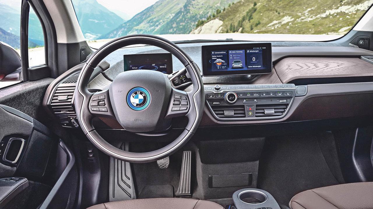 Interiéry aut by svou složitostí aúrovní pohodlí bez plastů jen stěží vznikly.