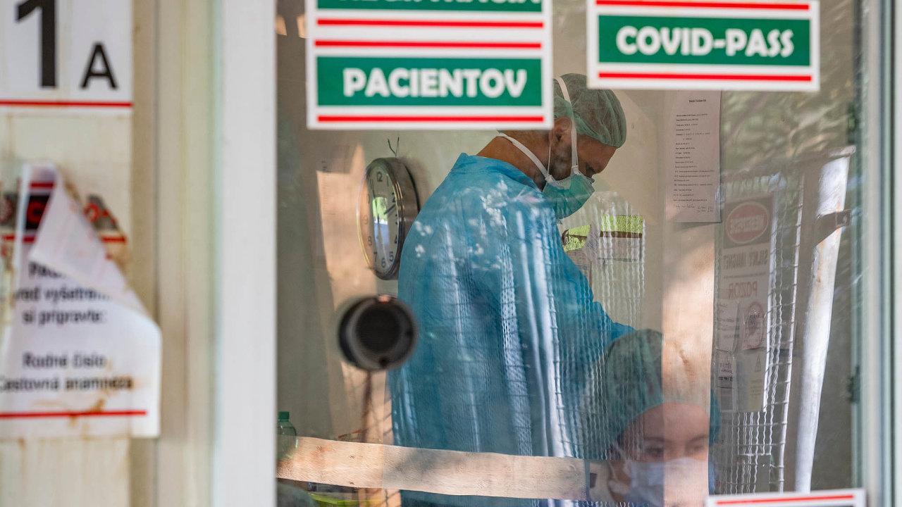 Záměr slovenské vlády plošně otestovat obyvatele země na koronavirus vyvolal kritiku i pochybnosti. Země zaznamenává výrazný nárůst počtu nakažených, překonala hranici 2000 potvrzených případů za den.