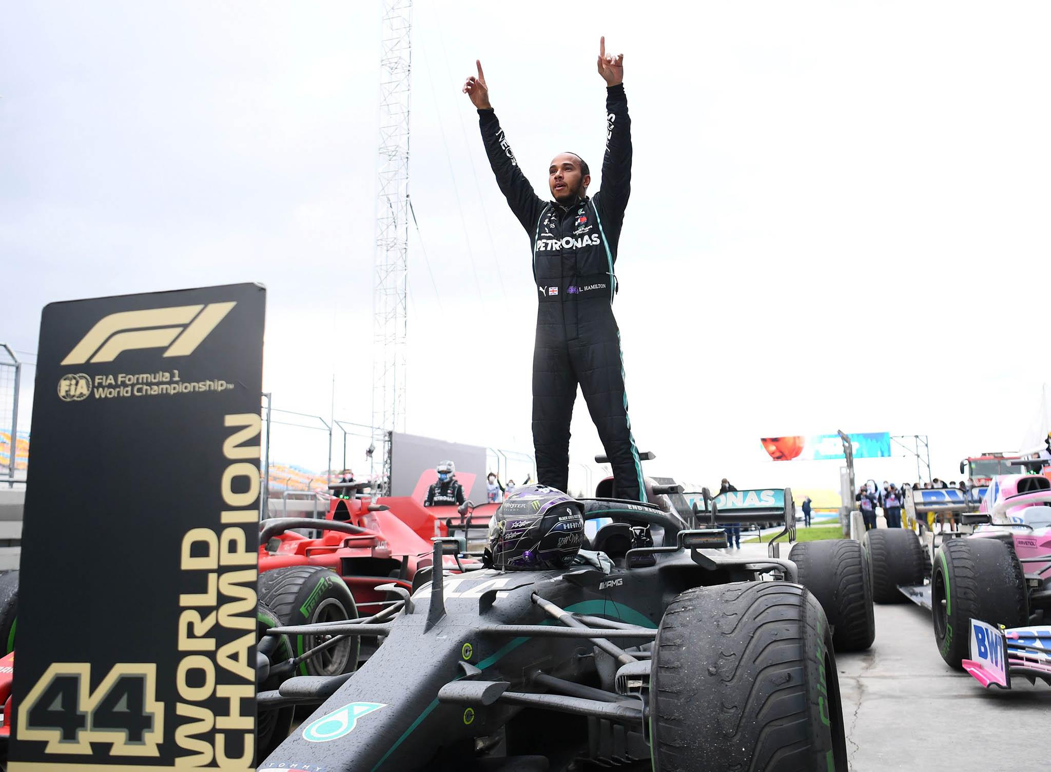 Lewis Hamilton si vítězstvím vnedělní Velké ceně Turecka zajistil sedmý titul mistra světa formule 1.