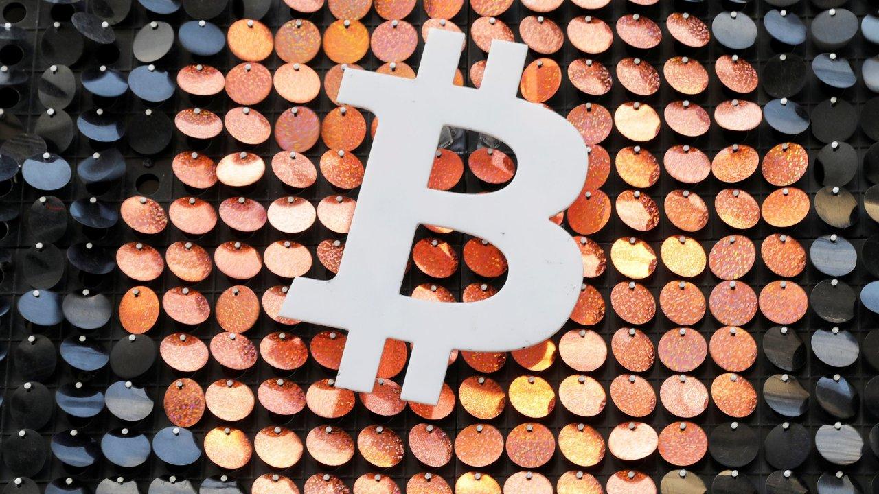 Bitcoin jako lákadlo. Logo nejslavnější kryptoměny ve výkladní skříni jednoho obchodu v Marseille.