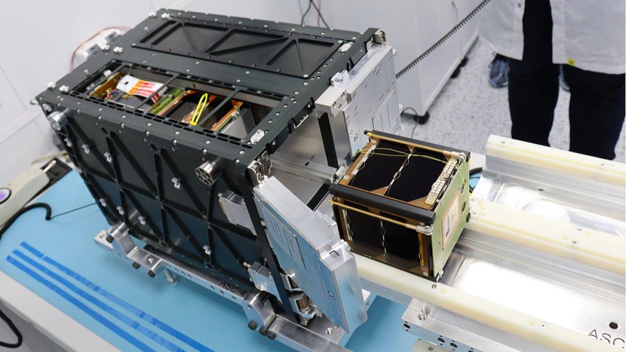 Trpasličí družice. Krychlový nanosatelit GRBalpha má hranu o délce 10 centimetrů. V raketě Sojuz poletí s dalšími minidružicemi.
