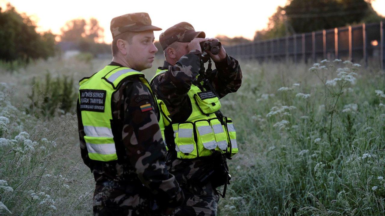 Pohraničníci Dicevicius a Tracevicius užívají termovizní zařízení ke kontrole litevsko-běloruských hranic poblíž města Adutiškis.