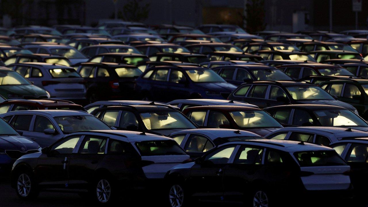 Zaparkované vozy Škody Auto. Její Octavia je na trhu nedostatkovým zbožím, nová auta ale chybí všem automobilkám.
