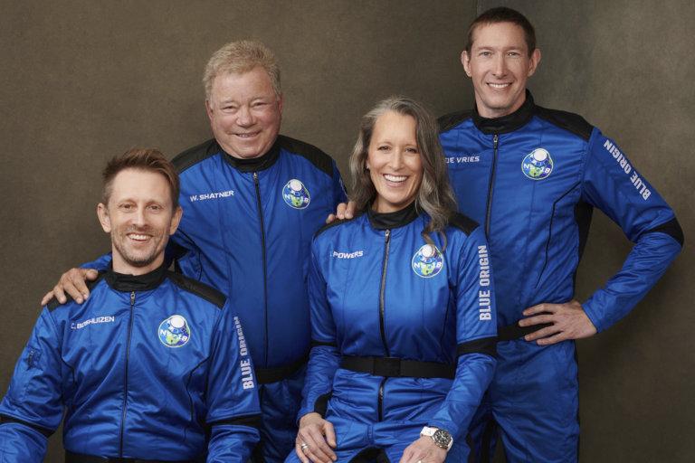 Posádka letu Blue Origin. Zleva Chris Boshuizen, William Shatner (kapitán Kirk), Audrey Powers a Glen de Vries.