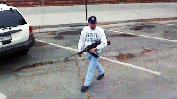 Náhodně zachycený ozbrojený muž na Main Street, Rapid City, Jižní Dakota
