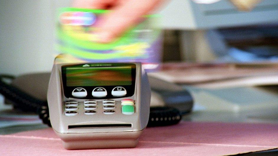 Obchodníci budou platit nižší poplatek za platbu kartou. Zboží ale nezlevní