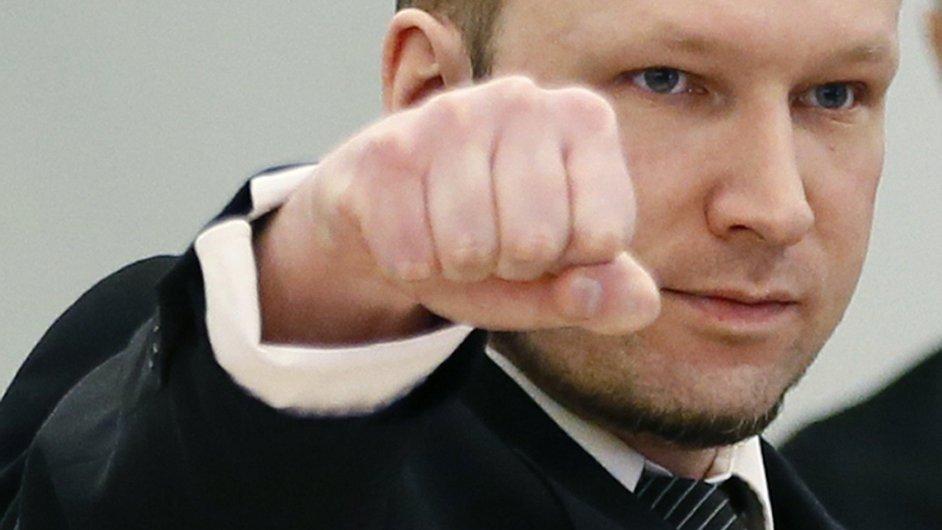 Breivik zdraví po příchodu soud