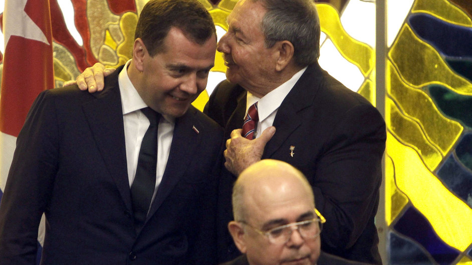 Kubánský prezident Raúl Castro (vpravo) s ruským premiérem Dmitrijem Medveděvem