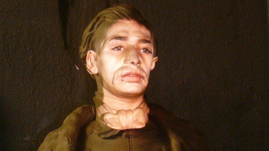 Na busta Karla Havlíčka Borovského promítl Wodiczko výpověď mladého Roma ze Šluknovského výběžku.