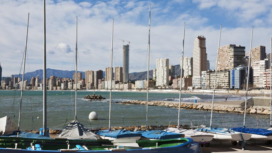 Pohled přes přístaviště na španělské město Benidorm.