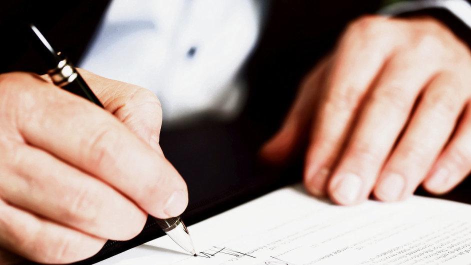 Podpis smlouvy, ilustrační foto.