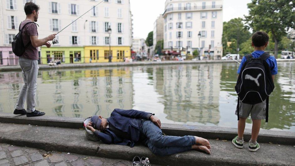 Rybaření v kanálu Seiny v Paříži