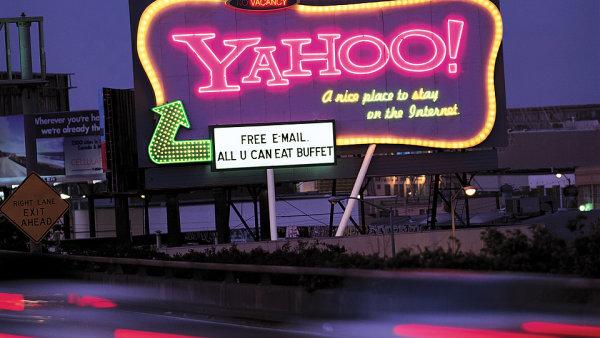 Z jiného soudku. Tahle reklama na Yahoo se přehlédnout nedá.