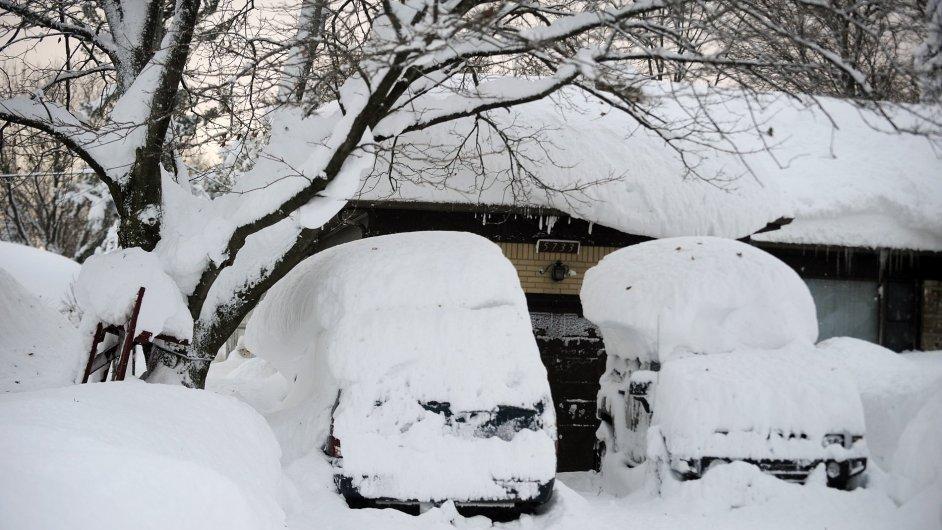 Zasněžené vozy v Lancasteru, ve státě New York, USA