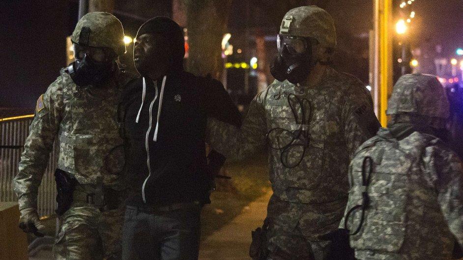 Během druhé noci listopadových protestů ve Fergusonu policie zadržela 44 lidí.