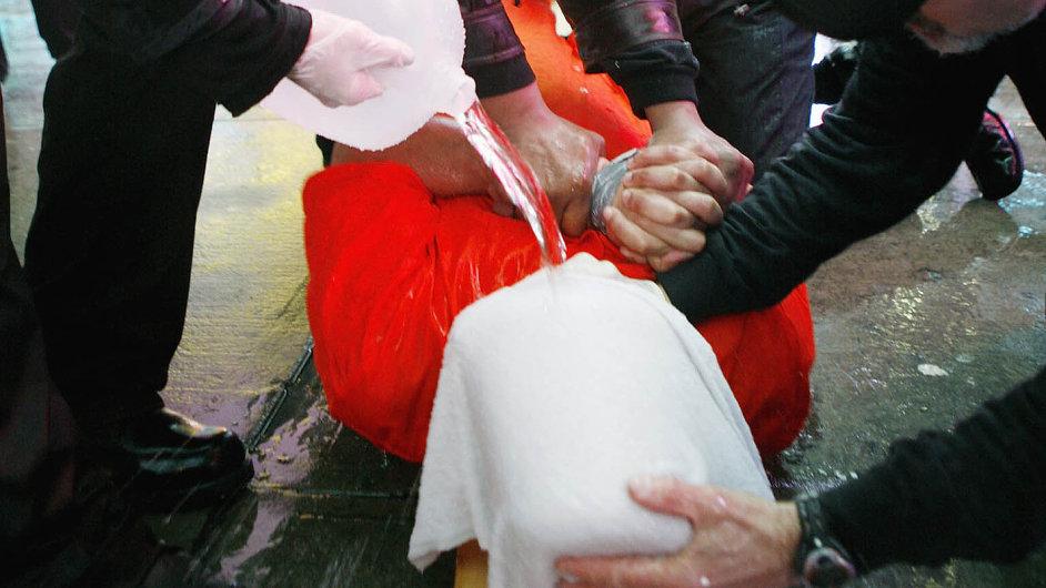 Jedna z metod CIA - waterboarding. Podle řady Američanů, například podle těchto protestujících na newyorském Times Square, šlo o mučení.