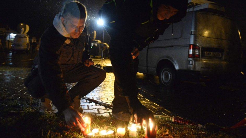 Poblíž restaurace, kde střelec zabil osm lidí a jednu ženu těžce zranil, kolemjdoucí zapalují svíčky.