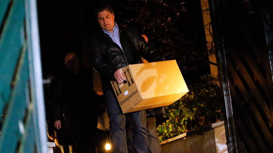 Policie si v noci odnášela krabice s věcmi z domu Andrease Lubitze.