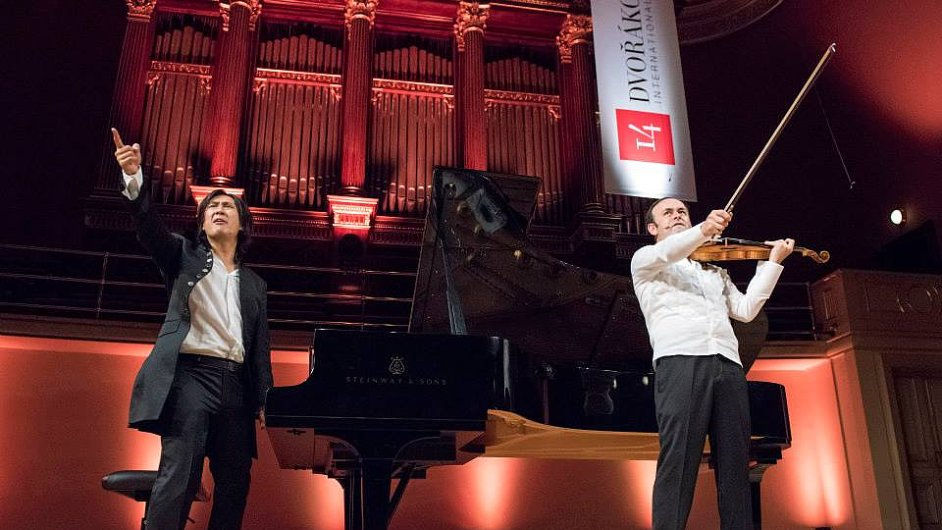 Snímek z loňského koncertu dua Igudesman & Joo na rodinném dnu Dvořákovy Prahy.