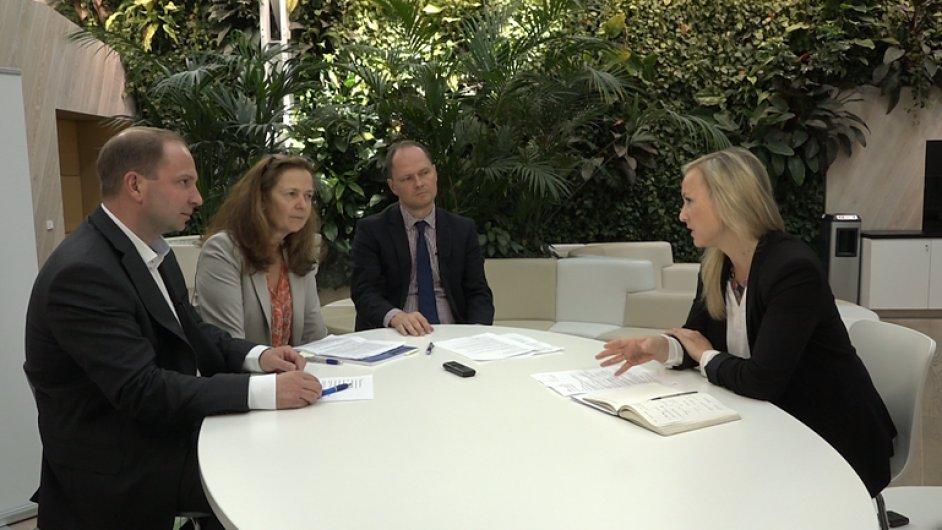 Diskuse se zúčastnili (zleva) Pavel Kliment z KPMG ČR, Lenka Kostrounová z ČSOB a Igor Klajmon z CPI Group. Debatu moderovala Lucie Hrdličková.