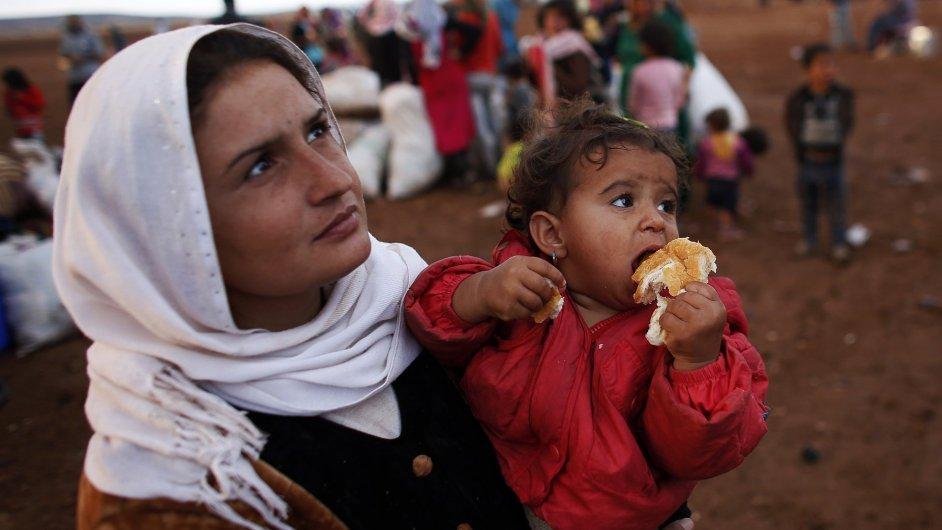 Kurdští uprchlíci na turecko-syrské hranici nedaleko města Suruc.