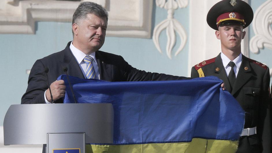 Ukrajinský prezident Petro Porošenko při nedělních státních oslavách v centru Kyjeva.