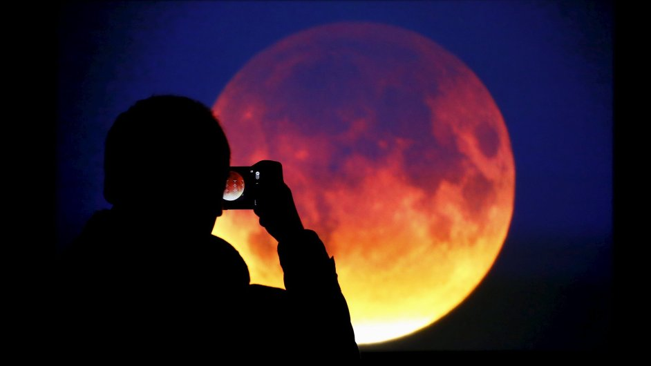 Muž sleduje úplné zatmění Měsíce - ilustrační foto.