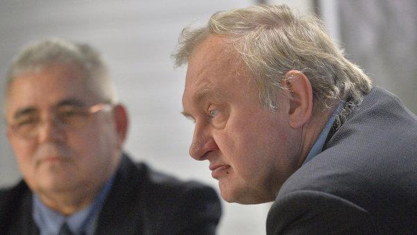 Peter Guzmický a Miloslav Ransdorf na tiskové konferenci.