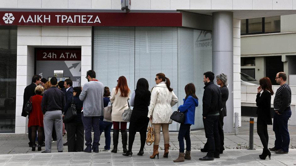 Vybrat, co se dá. Při záchraně Kypru přišli poprvé o peníze i běžní střadatelé. Kypr jako první země eurozóny musel zavést kapitálové kontroly.