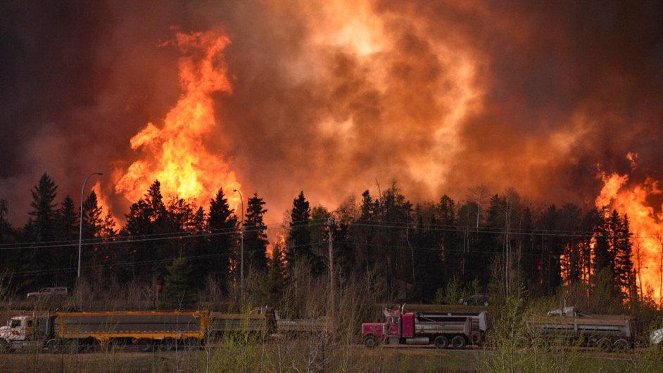 Požár v okolí města Fort McMurray v kanadské Albertě se vlivem nepřízně počasí velmi rychle šíří.