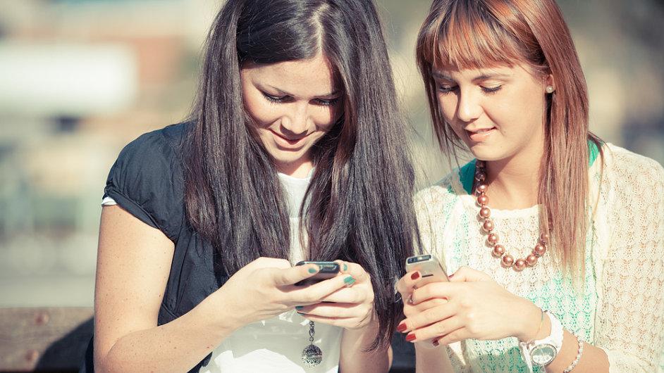 Mobilní telefon - Ilustrační foto.