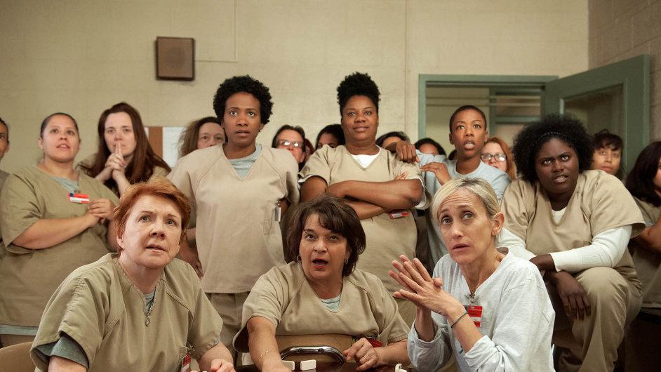 Neshody mezi vězeňkyněmi překlene společný nepřítel. Nenásilný protest proti chování strážců ústí vtragédii. Seriál Orange is the New Black však nesklouzne kestereotypu.
