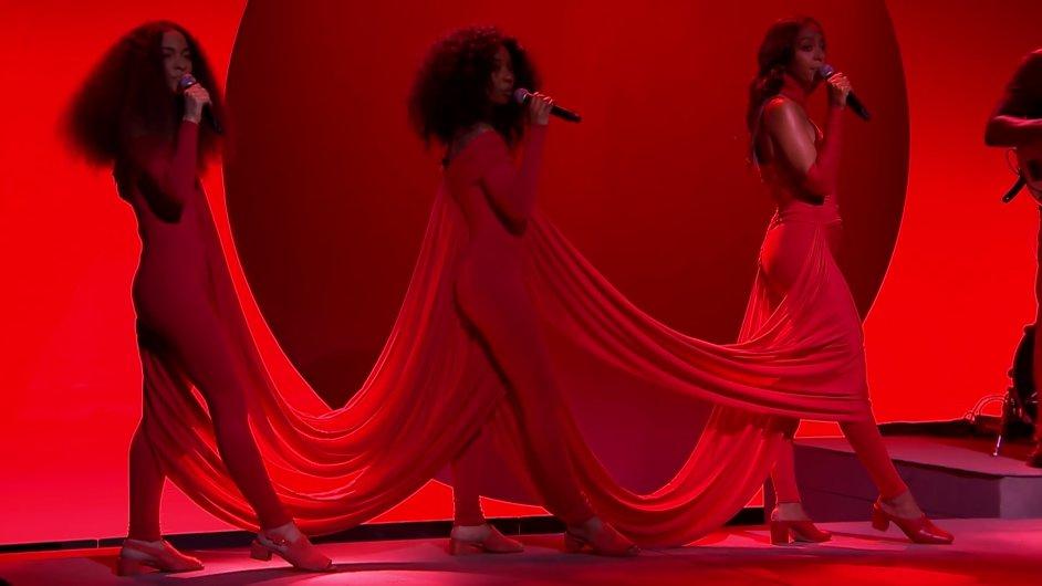 Americká R&B zpěvačka Solange Knowlesová vystoupila v talkshow Jimmyho Fallona se dvěma vokalistkami.