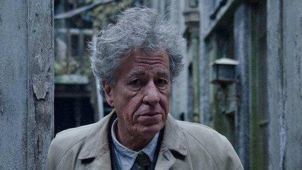 Geoffrey Rush ve filmu ztvárnil chaotického, s výsledkem vždy nespokojeného malíře a sochaře Alberta Giacomettiho.