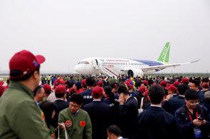 První čínský dopravní letoun zvládl testovací let. C919 byl ve vzduchu 80 minut