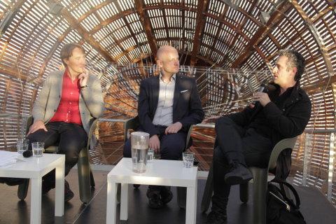 Snímek ze sobotní diskuse Světa knihy ve vzducholodi na střeše pražského Centra současného umění Dox.