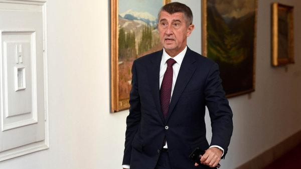 Andrej Babiš spěchá na jednání vlády.