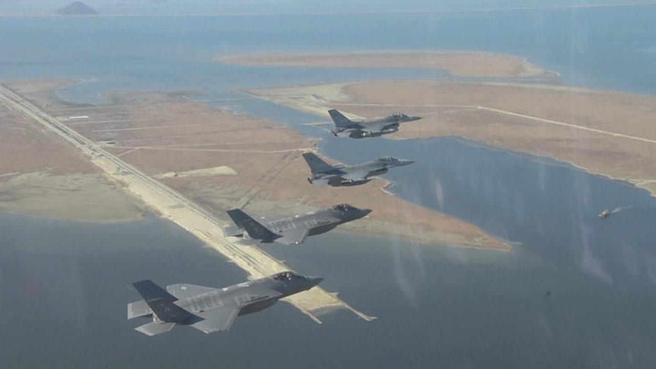 VIDEO: Nebe nad Koreou zaplnila americká bojová letadla. Začalo cvičení.